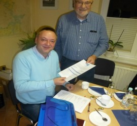 Wolfgang Albrecht, chairman of Fischereischutzverband Schleswig-Holstein handing over the application form.