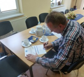 Michael Schütt, Chairman of Fischergenossenschaft Freest, fills in the application form